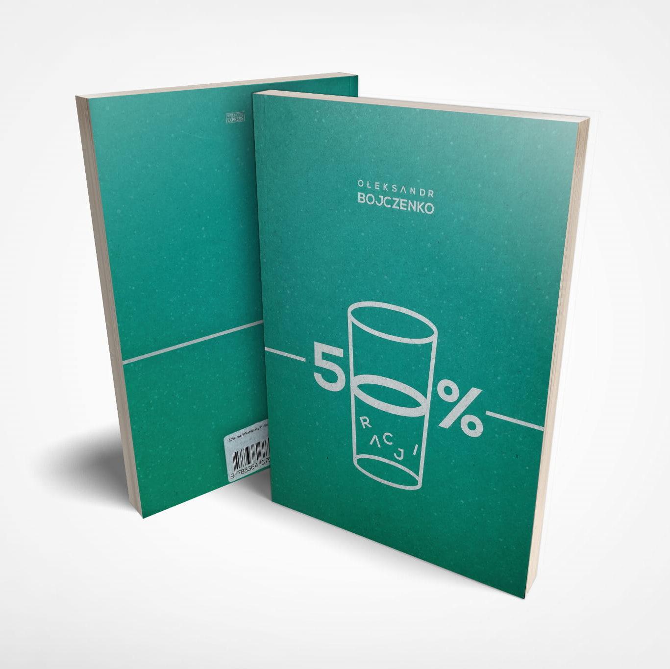 zielona okładka książki. Na środku w białym kolorze cyfra pięć, za nią w połowie pełna lub w połowie pusta szklanka, w której widać literki układające się w słowo RACJI, za szklanka znak procentu. Obrazek składa się na tytuł książki 50% racji. Po lewej stronie szklanki, mniejszą czcionką nazwisko autora Ołeksandr Bojczenko