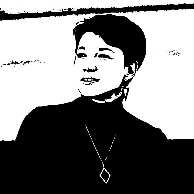 czarno-biały stylizowany portret białoruskiej pisarki Julii Cimafiejewa. To kobieta około lat 40, z krótkimi czarnymi włosami. Kobieta patrzy poza kadr w lewo, jest uśmiechnięta. Ma na sobie czarny golf oraz naszyjnik z rombem. Niewyraźne biało czarne tło, z przewagą koloru białego.
