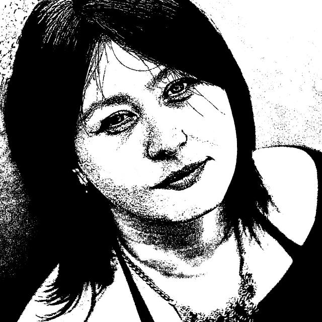 czarno-biały stylizowany portret autorki Hałyna Kruk. Zdjęcie to zbliżenie na twarz autorki, zrobione jest z góry i pod kątem, kobiet patrzy w górę, jakby na nas. Ma półdługie, czarne włosy, ozdobny naszyjnik, ma na sobie czarną bluzkę z odkrytymi ramionami i paskami na dekolcie