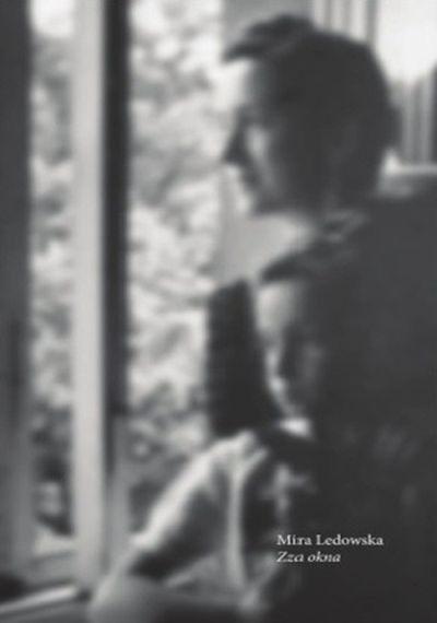 Czarnobiała okładka książki. Dorosła kobieta trzyma dziewczynkę na kolanach. Obie spoglądają przez okno.