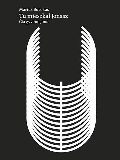 """Okładka książki Mariusa Burokas """"Tu mieszkał Jonasz"""", w tłum, Agnieszki Rembiałkowskiej. Okładka w stylu minimalistycznym. Ozdabia ją szkielet, który może kojarzyć się ze statkiem lub wielorybem."""